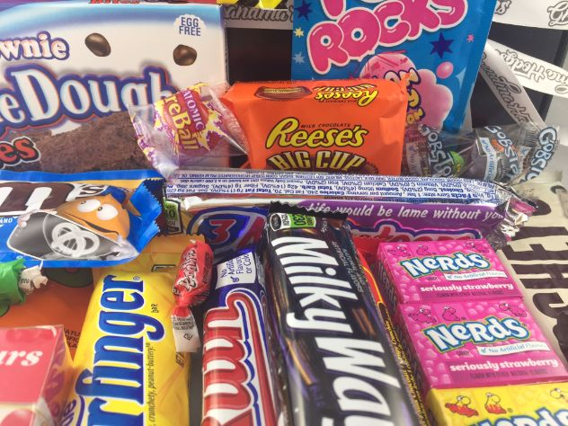 Our Ultimate american sweet hamper is full of classic american sweets and american candy available in the UK. These are great for christmas gifts and full of fantastic american sweets including: Toxic Waste, Airheads, Laffy taffy, Lemonheads, Pop Rocks, Hersheys Chocolate, Cookies and Cream, Jelly Belly, Cotton Candy, Nerds, Charleston Chew, Wonka Gob Stopper.