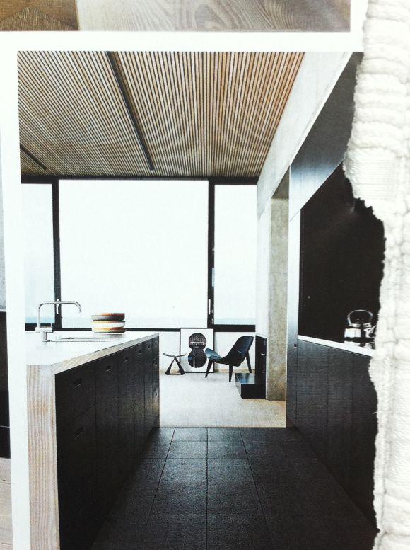 Smale panelbord i taket, med innfelt lysskine. Douglasgran på gulv og på kjøkkenøy.