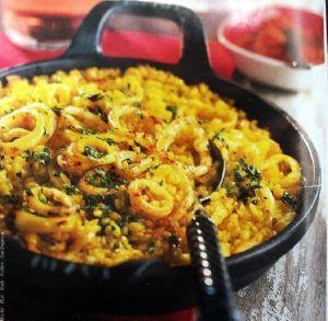 La recette du riz aux calamars De loin, on pourrait penser que ça ressemble (un peu) à une paëlla dans laquelle il n'y aurait que des calmars ; ça n'est pas faux, mais ça n'est pas entièrement vrai…