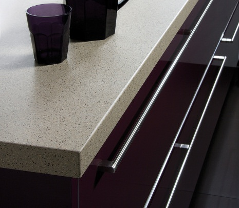 Our range of White worktops and off-white worktop colours, including Solid and White Laminate Kitchen Worktops.  They are available is sizes as small as 1.8m and up to 4.1m, allowing most installations to be completed without joins. As well as basic worktops in a selection of thicknesses and depths, some ranges also have upstands, breakfast bars and splashbacks available.