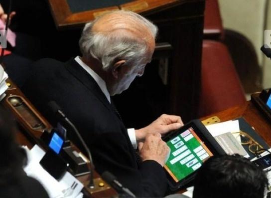 Het debat is niet meer belangrijk in het Italiaanse parlement alles draait om de iPad