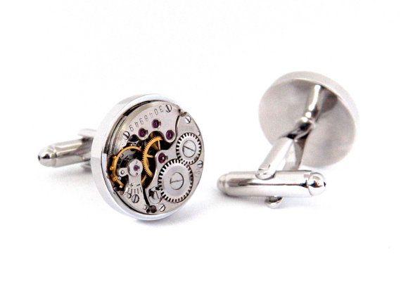 Steampunk Manschettenknöpfe    ☣, die diese intelligente Suche Manschettenknöpfe verfügen über zwei Vintage mechanische Uhrwerke. Original rotes Juwel Lager sehen Sie auf ihrer Oberfläche in unter die wunderschön kontrastierende Gold und Silber Farbe Getriebe und Mechanik der Uhren. Diese beeindruckenden Uhren werden in Silber vergoldet Teppichrücken festgelegt.  ☣ sind die Bewegungen nicht in Ordnung. Sie sind nur ästhetisch!  ☣ Ca. 18mm Durchmesser. Bitte überprüfen Sie vor dem Kauf mit…