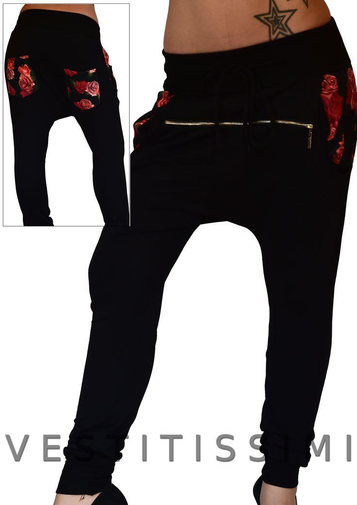 Pantalone donna sportivo colore nero fantasia a fiori, con cerniera orizzontale, tasche, facia elastica e laccio in vita. Pantaloni fitness tuta stile harem con cavallo basso.