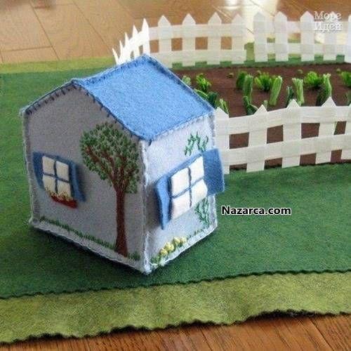 Keçe kumaşından yapılan Evler çok ama çok şirin olmuşlar. Süs amaçlı yapılan Keçeden Minyatür Evler Kapı süsleri,Anahtarlık, Buzdolabı süsü ve Mobil çalışmaları için kullanılabilinir. Evlerin tamam…