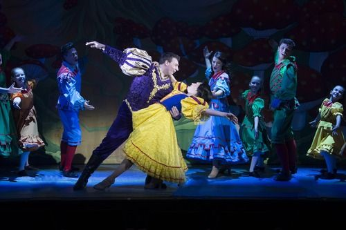 ~ The fairest of them all ~ Snow White and the seven dwarfs at Guildford's Yvonne Arnaud: http://newlifemagazines.tumblr.com/post/104840620660/the-fairest-of-them-all #locallife #theatre #panto #review #arts #entertainment #Surrey