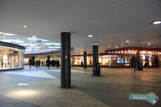 """A praça Sergels tem um super shopping no seu subterrâneo. Tá mais para uma galeria, mas é bem extensa e cheia de lojas de roupas """"baratas"""". Você vai ver na praça uma entradinha com uma placa vermelha onde está escrito Kulturhuset. Ali é tanto a entrada para a galeria Sergels Torg (que está nos andares inferiores e térreo), mas também para um centro cultural com cinema, exposições e teatro (nos andares superiores). Logo na entrada do Kulturhuset tem um bom bistrô"""