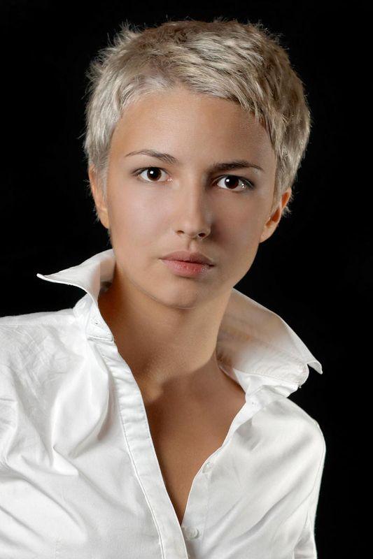 Stylische blonde Kurzhaarfrisur, fransig geschnitten