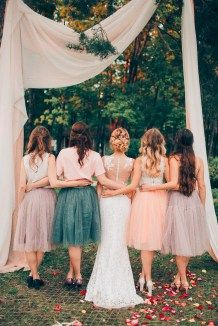 Bridesmaids in identical skirts подружки невесты