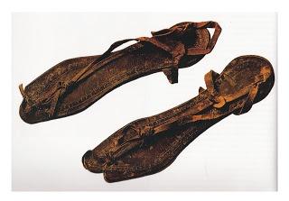 Sandalias cristianas:  Los zapatos usados por la mayoría en tiempos del Nuevo Testamento eran sin duda sandalias. Estas consistían de una suela de madera o de cuero, que se aseguraban a los pies con correas de cuero. Algunas personas usaban algo que se asemejaba a los zapatos occidentales. Con ellos el pie estaba completamente cubierto, o sólo los pulgares quedaban de fuera. Tales zapatos se consideraban como una voluptuosidad.