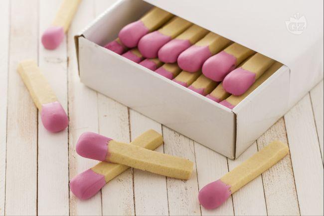 I biscotti fiammifero sono dei deliziosi biscotti di pasta frolla, molto originali per la loro forma a fiammifero e ottimi per una merenda golosa.