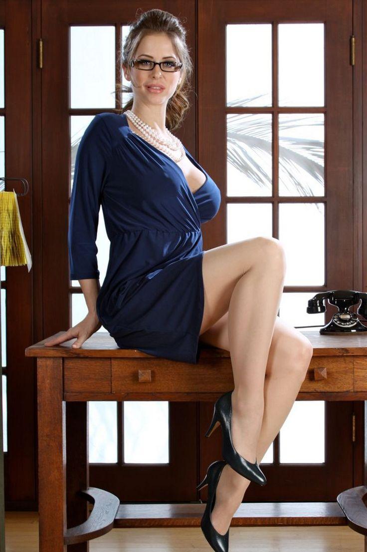 секретарша в синем платье пересели