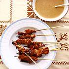 Een heerlijk recept: Geroosterde saté van varkensvlees met pindasaus (saté babi)