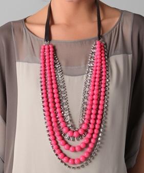 Los neones están de moda, este collar rosado cumple los 2 cometidos: apoyo a la concienciación del cáncer y hacerte ver super chic!