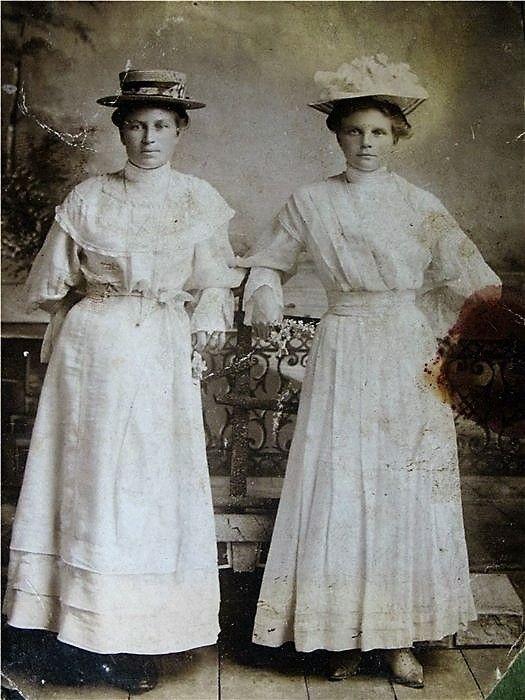 Моя прабабушка (слева)1905