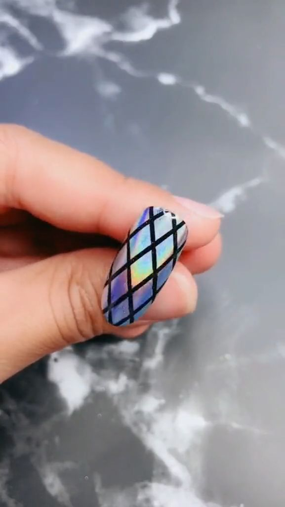 Video-Tutorial zu Laser Grid Colorful Nail – Nägel