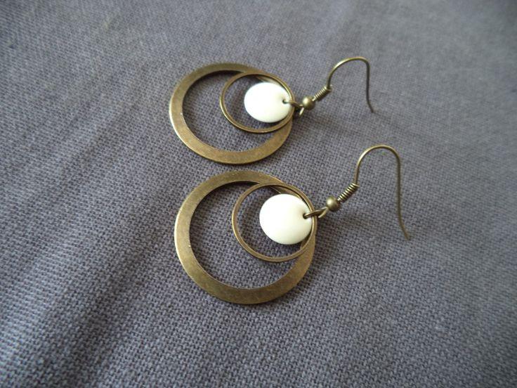 Boucles d'oreilles créole bronze avec double anneau et sequin émaillé écru : Boucles d'oreille par plumecreative