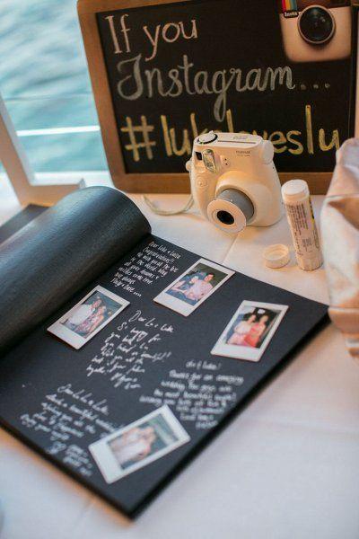 Un guest book fotografico: a disposizione di tutti gli ospiti c'è una fotocamera Polaroid per scattare una foto e attaccarla all'album con dedica