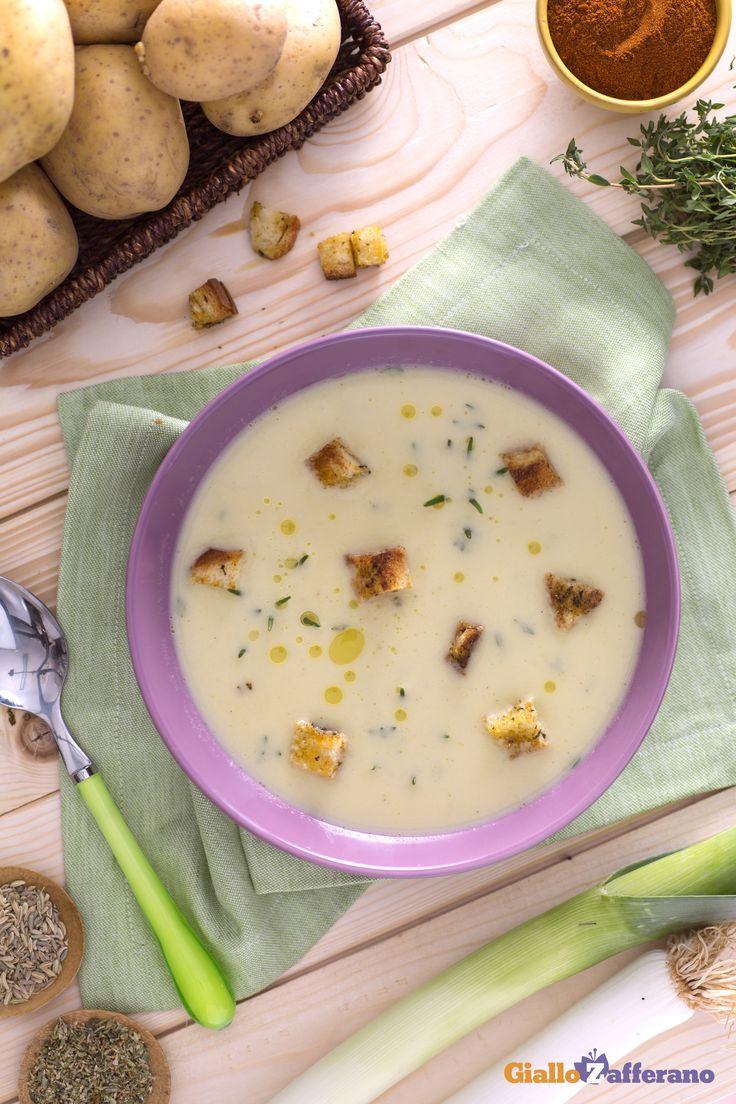 Tra i #comfortfood più gustosi della stagione c'è la #vellutata di porri con crostini saporiti (cream of leek soup with herb croutons). #ricetta #GialloZafferano #italianfood #italianrecipe