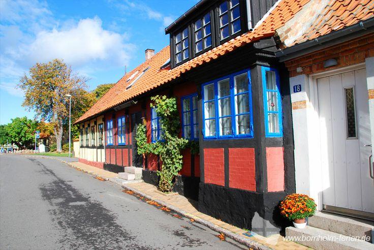 Fachwerkhäuser in den engen Gassen von Allinge, Insel Bornholm #fachwerkhäuser #allinge #insel #bornholm #dänemark