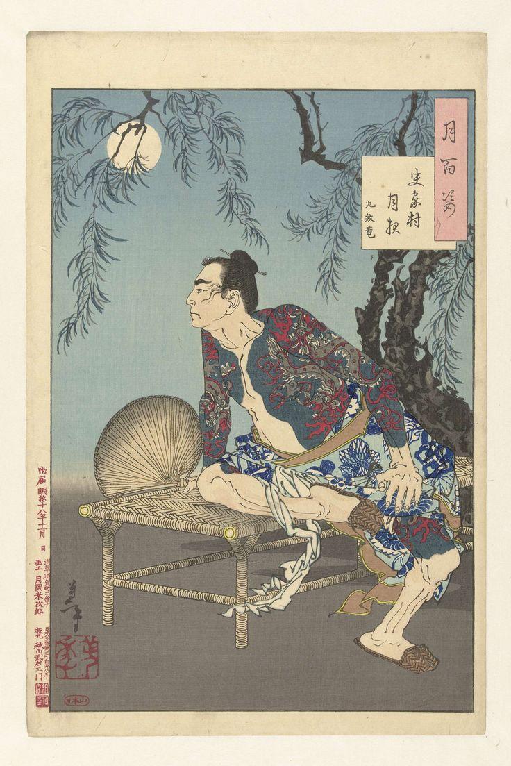 Tsukioka Yoshitoshi | Kumonryu op een maanverlichte nacht in het dorp van de Shi-clan., Tsukioka Yoshitoshi, Yamamoto, Akiyama Buemon, 1885 | Man met draken tatoeage en waaier in de hand, zittend op een gevlochten bankje bij maanlicht.