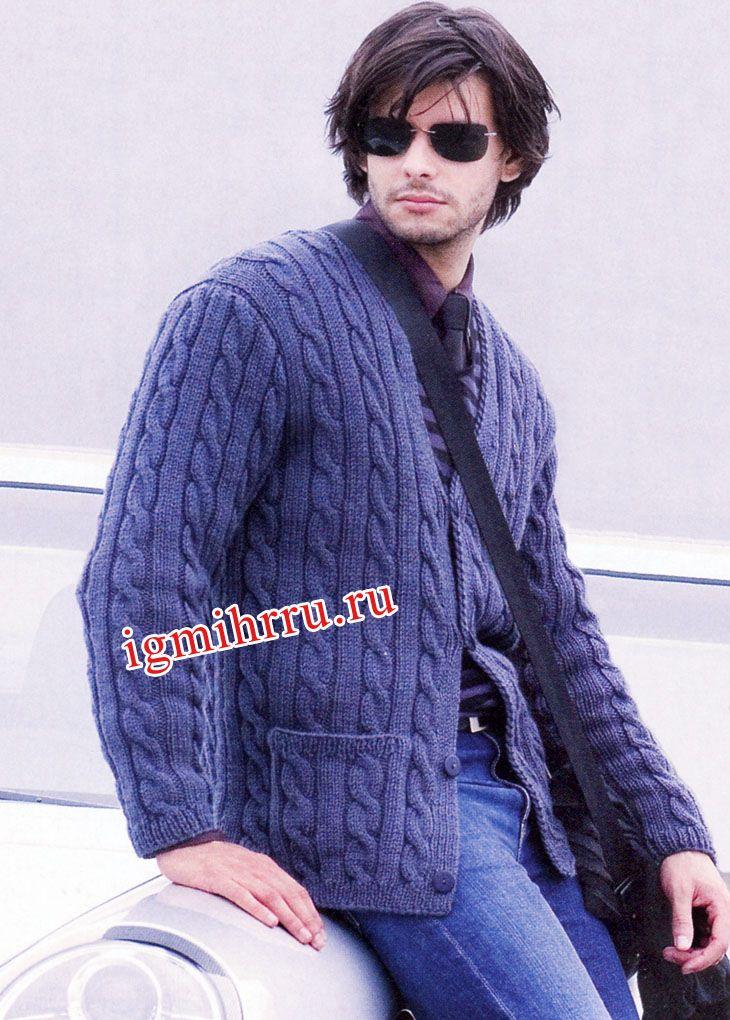 Мужской синий жакет из фантазийного узора с «косами». Вязание спицами для мужчин