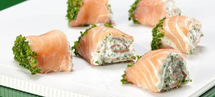 Lækre lakseruller med ostecreme og krydderurter. Simpel men skøn som forret, til tapas eller som tilbehør til frokosten. Klik her og se opskriften