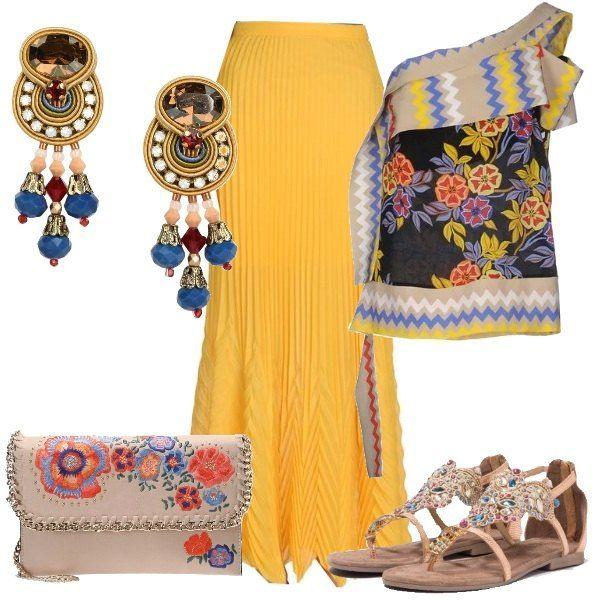 Outfit composto da gonna gialla plissettata, lunga fino alle caviglie, abbinata ad un top monospalla con fantasia floreale multicolore, sandalo infradito flat con strass e pietre colorate, tracolla beige con decori floreali e orecchini pendenti in tessuto, cristallo e vetro, multicolor.