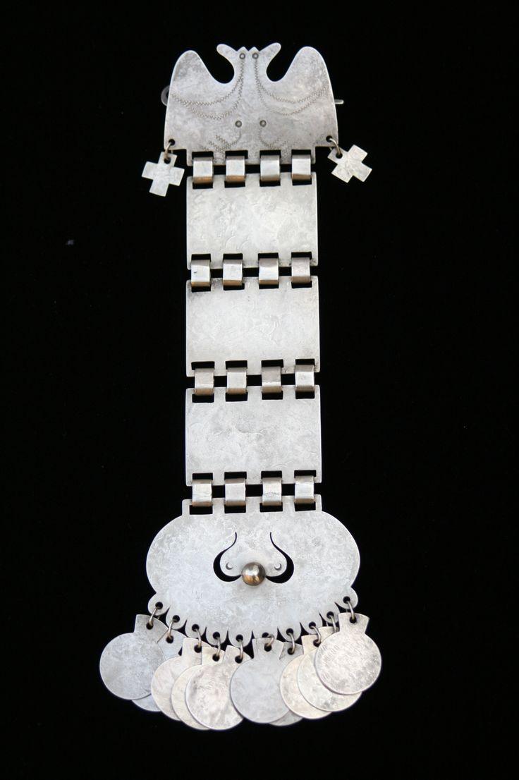 """El """"Trapelakucha"""" que conocemos tradicionalmente (de tres cadenas) viene a ser una de las últimas obras de la manifestación, hasta el periodo de La Pacificación de la Araucanía (1861-1883) Esta iba evolucionando a través del tiempo, en distintos modelos, como la que se observa en la imagen. Este/a Trapelakucha, corresponde a un diseño anterior al que conocemos tradicionalmente. El orden cronológico, se logra individualizar por la complejidad técnica al agrupar los variados diseños."""