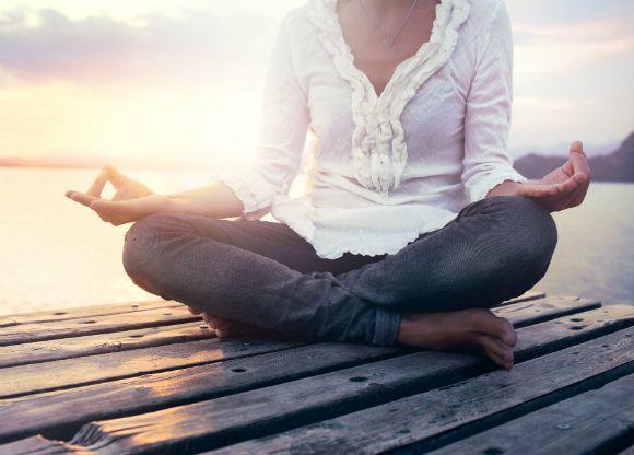 Vi lever i en värld full av stress och distraktioner. Fler och fler hittar mindfulness som ett verktyg för att hantera stressen. Kan mindfulness vara något för dig? Vi förklarar i korthet och hjälper dig att komma igång.