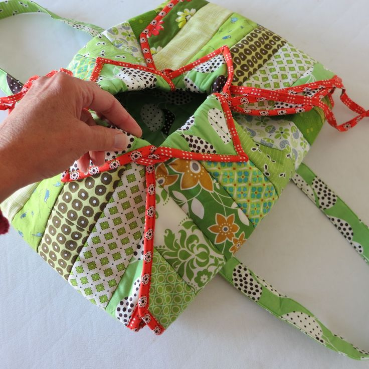 free casserole carrier pattern | Aren't the fabrics pretty? And that orange binding and drawstring are ...