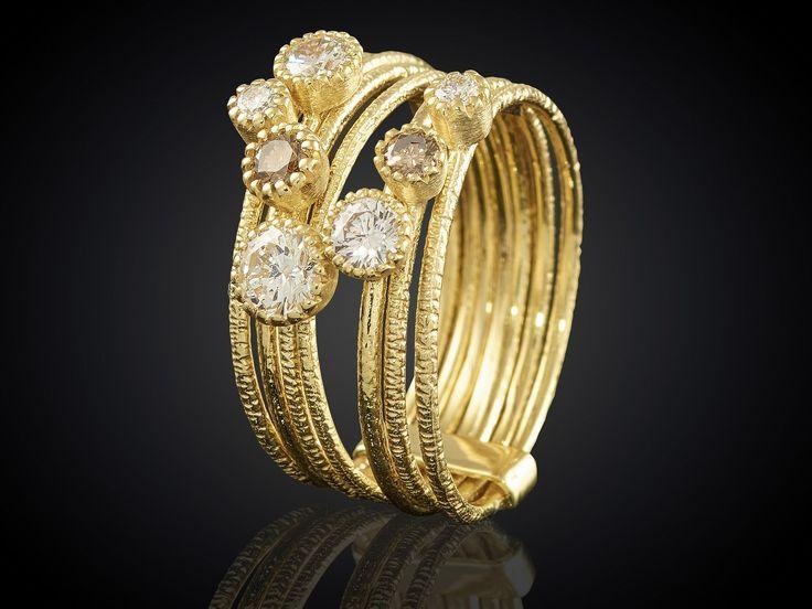 Gouden ring met bruine en witte diamanten bij Sieradeninstijl en Goudsmid Marijke Mul