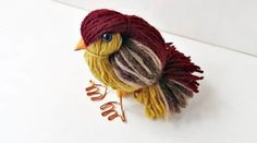 Vous avez des chutes de fils de laine qui traînent à la maison ? Et vous ne savez pas quoi en faire ? Et bien, ne cherchez pas plus loin ! Voici comment faire un adorable petit oiseau en peluche ...