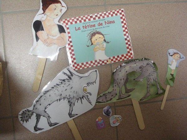 """sacs à album permettant de prêter les livres aux familles et de jouer avec les personnages , ici le livre """"La tétine de Nina"""" chez Julien dans le cadre du projet """"Lisons-leur une histoire"""""""