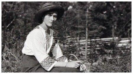 """Journaux intimes de Tatiana Nicolaïevna Romanov - Prière écrite par Tatiana en captivité.  """"Que Dieu nous bénisse et que Sa parole nous accompagne. Pourquoi, à la vue d'un cimetière orthodoxe, notre coeur se fait-il lourd ? Parce qu'il nous rappelle que la vie terrestre n'est qu'une agitation. Nous ne savons jamais lutter contre nos désirs, nous servons notre chair et cherchons un bien-être paresseux dans la calomnie et la rancune. Pourquoi, cependant, près d'un tombeau de gens pieux, nous…"""