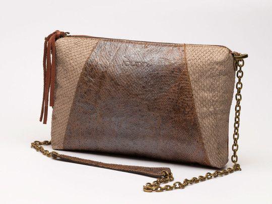 Bolso con cadena en oro viejo para bandolera Piel de wolfish, trasera en vacuno con certificado ecológico, forro en retor y bolsillo con cremallera. 164,00€