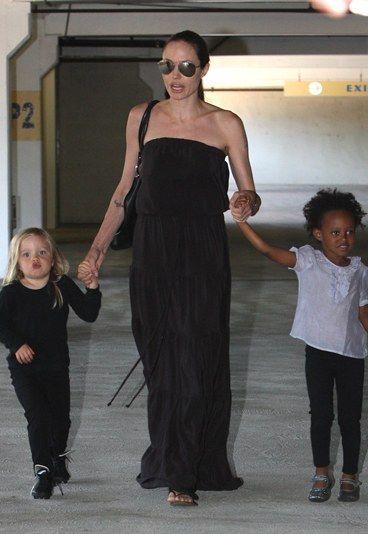 Angelina Jolie, Zahara & Shiloh Pitt : Gérard Darel für alle - Promi-Kids  - Wenn Angelina Jolie ihre Töchter in die Tanzstunde bringt, ist das eine wahre Modeschau: Ein fließend fallendes, bodenlanges Kleid in Schwarz für Mama Angelina, edles Understatement...
