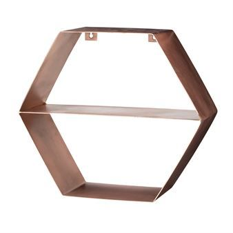 Primp your wall with the hexagon shelf copper from Danish Bloomingville. The shelf has a graphic design in copper that feels very modern. The small shelf is easy to place in your home and is suitable in all rooms. Use it for books or beautiful still lifes of your favorite things. You can never get enough of storage!