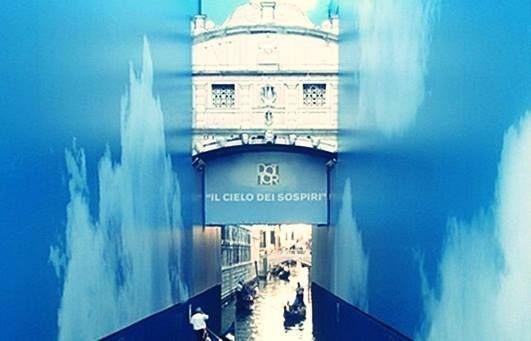 Sóhajok hídja  Velence egyik leghíresebb látványossága a drámai legendákkal övezett Sóhajok hídja, amely alatt évente turisták ezrei gondoláznak át, hogy néhány pillanatra maguk is a múlt részesei lehessenek. A Dózse palotát és a börtön épületét összekötő 8 méteres híd romantikus elnevezése Lord Byrontól származik. A név átment a köztudatba is azzal a mitológiai magyarázattal, hogy a Dózse-palotában ítélkező bíróságról a börtönbe átkísért emberek sóhaja volt hallható a hídon.