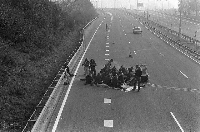 Autoloze zondag in verband met de olieboycot Picknicken op een autosnelweg 4 november 1973  English:  Car Free Sunday related with the oil boycott Picnic on a motorway November 4, 1973