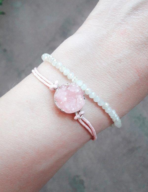 Bracelet fantaisie femme tendance sublimera toutes vos tenues. Ce bracelet d'un pendentif druzy beige . Ce bracelet s'adapte à toutes les morphologies de poignet. Il est réglable via son fermoir mousqueton. Le bracelet incontournable de la saison!  Souple et léger, il s'enroule délicatement autour de votre poignet  Emballage cadeau offert!