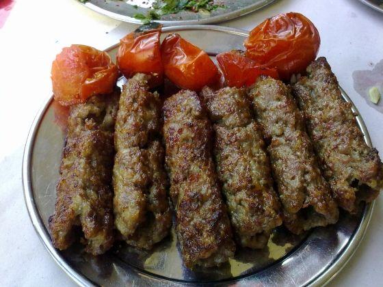 Kıyma Kebabı Tarifi Kıyma kebabı kebapları ile ünlü Gaziantep mutfağına ait bir lezzet. Sadece kıyma ile hazırlanan bu eşsiz lezzet oldukça lezzetli. Mangalda pişirilmesi nedeniyle zahmetli gibi görünse de aslında yapımı çok basit. Mutlaka denemelisiniz.