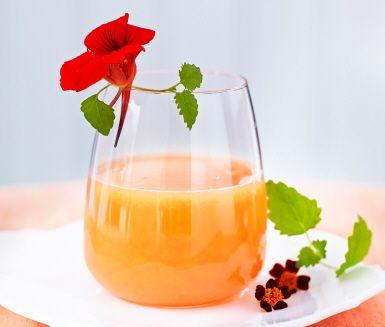 Uppdatera apelsinjuicen! Ta hälften apelsin, hälften blodapelsin och bland ner citronmeliss för en riktigt fräsch apelsinjuice.