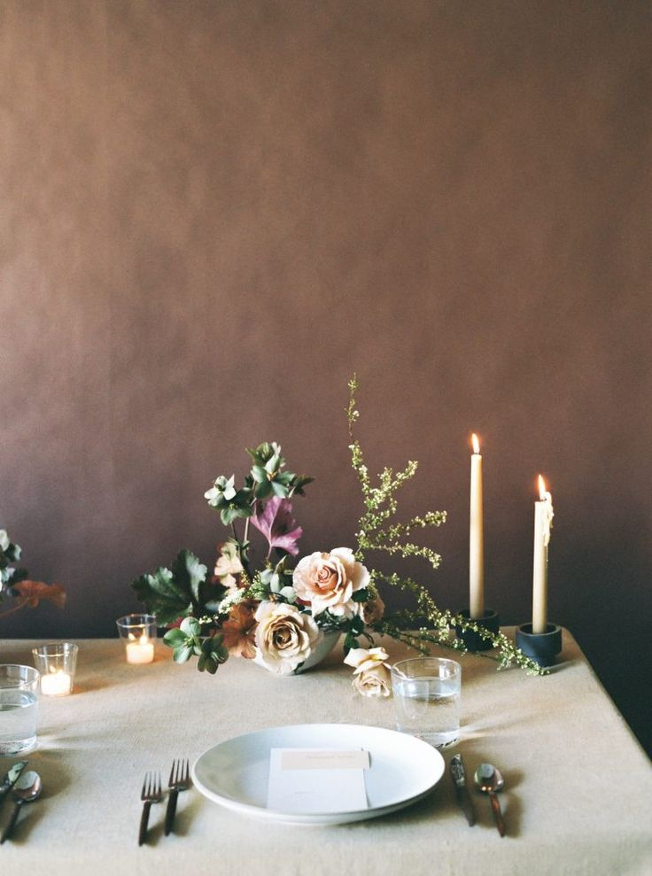 Modern table setting - simple and striking with minimal floral design!