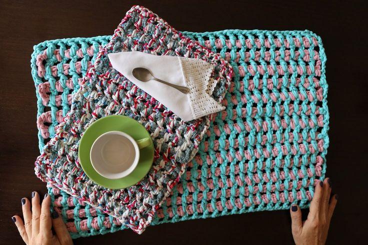 Hola amig@s dejo el paso a paso del punto con trapillo o totora, para alfombra de baño o mantel individual. Espero os sea de utilidad Besos www.youtube.com/watch?v=Z8l3JlyeQuM