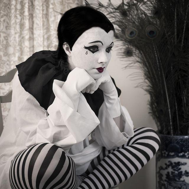 ¡Cuántas lagrimas hay detrás de las máscaras! ¡Cuánto más podría el hombre llegar al encuentro con el otro hombre si nos acercáramos los unos a los otros como necesitados que somos, en lugar de figurarnos fuertes!  Si dejáramos de mostrarnos autosuficientes y nos atreviéramos a reconocer la gran necesidad del otro que tenemos para seguir viviendo, como muertos de sed que somos en verdad, ¡cuánto mal podría ser evitado! La Resistencia -  Ernesto Sabato   Pierrot by Ella Ormerod Photos, via…