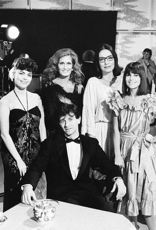 Mireille Mathieu, Dalida avec Nana Mouskouri et Chantal Goya, entourent Francis Huster !