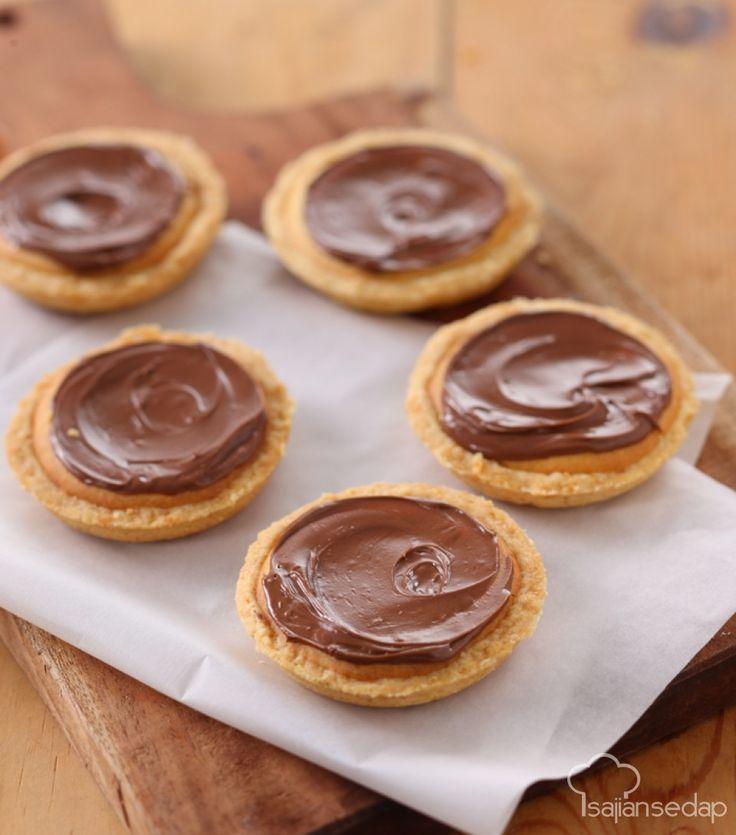 Yuk, membuat Nutella Cheese Pie untuk teman bersantai di sore hari. Kombinasi keju sebagai isinya dan selai Nutela sebagai topingnya, sungguh perpaduan yang sangat luar biasa lezatnya.