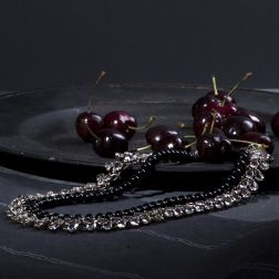 A coloured pearls long string and a transparent drops twist give shape to an elegant and refined necklace. Magnetic resin closure.