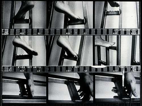 """Gina Pane """"Escalade non anesthésiée""""  L'artista sale una scala con chiodi a piedi e mani nude, ferendosi inevitabilmente. Il tema della sopportazione del dolore fisico è costante in ogni sua performance. Ferirsi non è più un atto masochista ma diventa un modo per condividere con l'altro il proprio dolore.  Il sangue diventa elemento portante delle sue performance, provocarsi dolore era per lei come donarsi un modo per mostrarsi al pubblico, senza alcun tipo di intermezzi."""