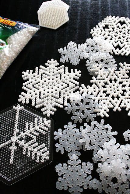 super facile à faire, des flocons de neige pour #noel avec des perles hama ou perles à repasser